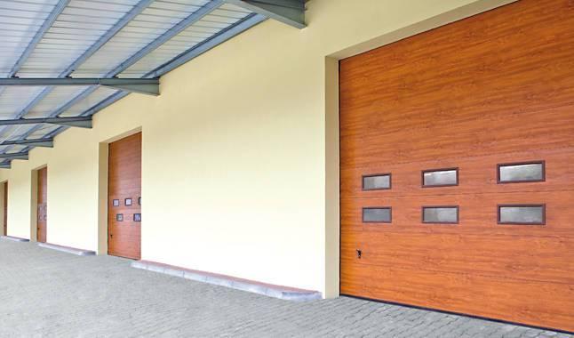 Brązowe bramy segmentowe drewniane z przeszkleniami Warszawa