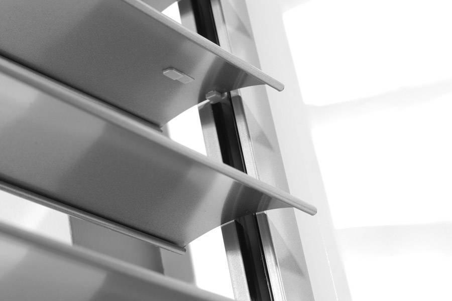 Szare żaluzje fasadowe, szare rolety zewnętrzne