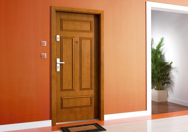 Eleganckie brązowe drzwi zewnętrzne
