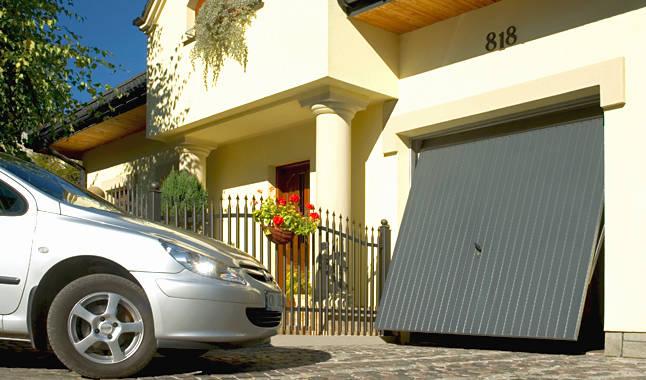Szare bramy garażowe uchylne