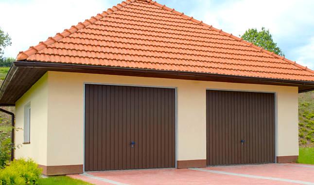 Ciemno brązowe bramy garażowe uchylne